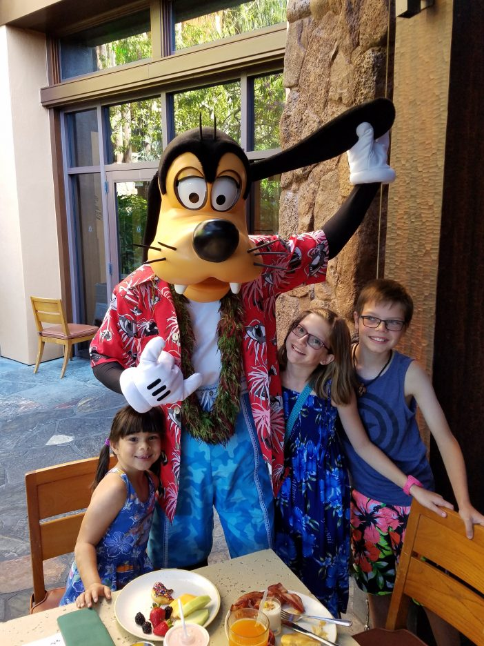 meeting goofy at Aulani